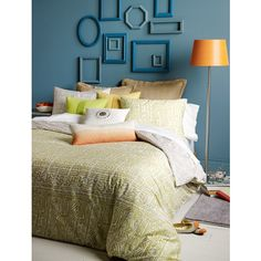 Decorar con marcos vacíos : Compra o reutiliza los marcos vacíos para decorar tus paredes, pinta de colores coordinados con la pared, de tonos que destaquen o del mismo color. Así pue