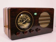 Old Antique Wood Gilfillan Vintage Tube Radio - Restored & Working w/ Magic Eye Radio Design, Retro Radios, Antique Radio, Magic Eyes, Timber Wood, Wood Clocks, Gold Fabric, Televisions, How To Antique Wood