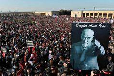 Hace 75 años que murió Mustafá Kemal Atatürk. Desde su muerte, un 10 de noviembre a las 9:00, cada año Turquía se paraliza durante un minuto en recuerdo de su legado. Reconocido fundador de su estado laico moderno, ha sido más honrado que nunca.
