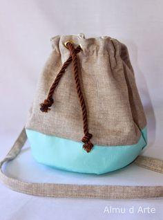 Cómo hacer una mochila tipo saco - Costura DIY - El Cómo de las Cosas Costura Diy, Jute Bags, Diy Projects To Try, Diy Clothes, Travel Bags, Bucket Bag, Arts And Crafts, Art Crafts, Creations