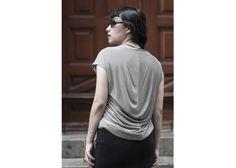 Blusa gris detalles en la espalda.