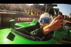 Piloto da F-1 se arrisca e tira selfie com o carro em movimento | VeloxTV