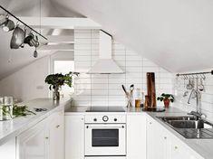 buhardilla con cocina blanca - Una buhardilla en blanco y negro de 50 m2