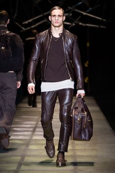 Look 42 - #Versace Men's Fall/Winter 2015-16 fashion show. #VersaceMenswear