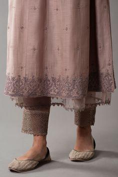 Pakistani Fashion Casual, Pakistani Dress Design, Pakistani Dresses, Indian Designer Outfits, Indian Outfits, Simple Kurta Designs, Embroidery Suits Design, Kurti Designs Party Wear, Dress Indian Style