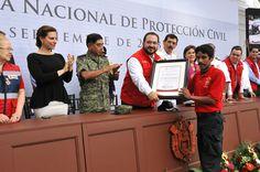 El gobernador Javier Duarte de Ochoa reconoce a quienes ponen en riesgo su vida para garantizar la seguridad de toda la población.