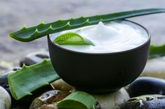 How To Make Homemade Aloe Vera Lotion. Aloe vera contains many beneficial properties for the body and especially, for the skin and hair. Thanks to its hydrating effects, this plant is very useful to keep your skin and hair healthy and well. Crème Aloe Vera, Aloe Vera Creme, Aloe Vera Skin Care, Aloe Vera For Face, Aloe Cream, Aloe Vera Mask, Best Beauty Tips, Beauty Hacks, Aloe Vera Face Moisturizer