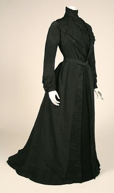 "Label: ""Jennings & Co / 1 East Street / New York."" Via MMA. No mention of this being a mourning dress . Vintage Outfits, Vintage Gowns, Vintage Mode, 1900s Fashion, Edwardian Fashion, Vintage Fashion, Steampunk Fashion, Gothic Fashion, Women's Fashion"