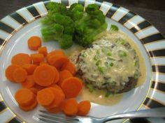 Beef Patties with Sriracha Cream Sauce | Buttoni's Low-Carb Recipes