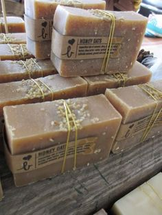 Packaging that shows off your soap. soap is beautiful Soap Labels, Soap Packaging, Packaging Ideas, Soap Making Recipes, Soap Recipes, Savon Soap, Oats And Honey, Soap Display, Soap Maker