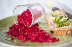Ich habe einmal ein hübsche Geschenkidee! Es handelt sich um ein rotes selbst gemachtes Himbeersalz. Es sieht nicht nur zum hineinbeißen aus, es schmeckt auch total gut. Damit lässt sich jedes Fisch- und Fleischgericht aufpeppen. Aber auch zum würzen von fruchtigen Salaten ist es grandios. Wer natürlich den puren, leicht fruchtigen …