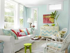 I want this sofa! Love this room. House of Turquoise: Off to Tybee! Beach Living Room, Cottage Living Rooms, Coastal Living Rooms, Home Living Room, Living Room Decor, Cottage House, Living Walls, House Of Turquoise, Beach Cottage Style
