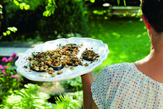 """Foodfotografin und Autorin Barbara Bonisolli in ihrem Selbstversorger-Garten:  """"Barbara kocht"""" ©Barbara Bonisolli"""
