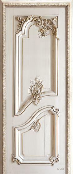 Porte boiseries Haussmanniennes Gauche - Koziel - Un papier peint trompe l'œil issue de la collection Haussmannienne de Christophe Koziel. Donnez du style à votre intérieur.