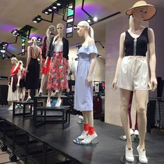 Instagram media by camilasalek - Hoje foi dia de dar uma conferida nas lojinhas #paris #visualmerchandising #mannequin #summer
