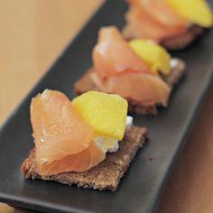 canape-robiola-salmone-e-mango