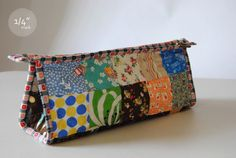 mark: Tutorial: the triangle pouch. Very detailed. Pouch Bag, Tote Purse, Pouches, Sew Together Bag, Patchwork Quilt, Zipper Pouch Tutorial, Pencil Case Tutorial, Techniques Couture, Pouch Pattern
