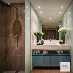 Coloque um pouco de cor no seu banheiro , inove com gabinetes em laca azul e paredes revestidas em vidro e cerâmica .  Bring some color to your bathroom, try blue lacquer cabinets and walls  with glass panels and tiles .