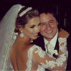 A nossa linda noiva @_carolmoraes_ com brincos cravejados de zirconias #noivas #felicidades #noivasmb #mairabumachar