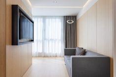 Vista de la sala de estar con sofá y televisión de la habitación piloto del nuevo hotel del Grupo Hotusa en la Ronda Universitat de Barcelona