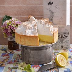 You can't go wrong with this classic lemon meringue recipe. A Food, Good Food, Yummy Food, Lemon Meringue Recipe, Baking Recipes, Cake Recipes, Lemon Filling, Classic Cake, Round Cakes