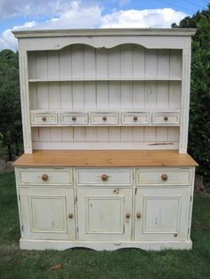 Another one with lots of little drawers. I would change the knobs for mix & match ceramic ones! Pine Furniture, Shabby Chic Furniture, Furniture Makeover, Painting Furniture, Upcycled Furniture, Shabby Chic Kitchen, Kitchen Decor, Kitchen Design, Distressed Dresser