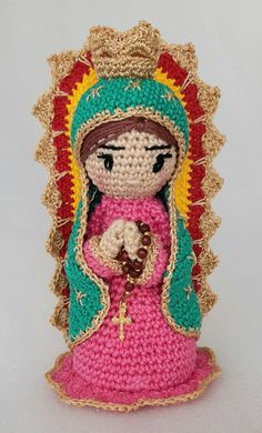 Nossa Senhora de Guadalupe em crochê, linha 100% algodão, enchimento feito com lã acrílica. Nossa Senhora apareceu no México. Tunisian Crochet, Diy Crochet, Crochet Dolls, Crochet Hats, Angel Crochet Pattern Free, Free Pattern, Crochet Patterns, Crochet Ornaments, Loom Knitting