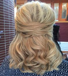 50 Ravishing Mother of the Bride Hairstyles - Frisuren Color Photos Cute Formal Half Updo for Thick Medium Hair Thick Hair Styles Medium, Updos For Medium Length Hair, Curly Hair Styles, Natural Hair Styles, Natural Beauty, Updo Styles, Medium Lengths, Mother Of The Groom Hairstyles, Mom Hairstyles