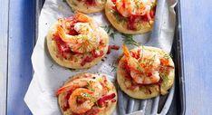 Pizzettes aux crevettesDécouvrir la recette des pizzettes aux crevettes Bruschetta, Pizza Buns, Flan, Baked Potato, Entrees, Sushi, Seafood, Bacon, Food And Drink