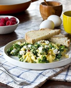 Inspiration for creating a new scrambled eggs brekkie! Breakfast Recipe: Scrambled Eggs with Goat Cheese, Greek Yogurt & Greens Recipes from The Kitchn Healthy Dinner Recipes, Diet Recipes, Breakfast Recipes, Gourmet Breakfast, Shawarma, Agaves, Quesadillas, Granola, Clean Eating