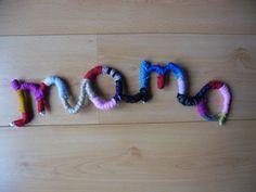 IJzerdraad omwikkelen met wol maakt de leukste figuren en namen.