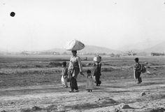 THE KOREAN WAR 1950 - 1953 이 여럿 아이들을 데리고 피난가는 어머니의 머리엔 보따리를 이었군요. 아기업는 포대기를 허리에 두른 것으로 보아 어린 아기는 업혔다 걸렸다 하는 모양이네요.