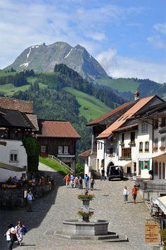 La montagne, l'air pur ... et ce joyau qu'est le village de Gruyères, à visiter d'urgence ! #suisse #gruyere #voyagercpartager