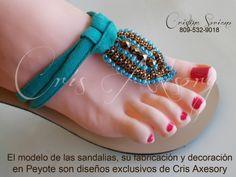 sandalias en peyote Denim Shoes, Beaded Sandals, Bare Foot Sandals, Huaraches, Summer Shoes, Barefoot, Diy And Crafts, Flip Flops, Girl Fashion