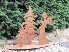 Edelrost Engel mit Bäumen auf Platte Eine tolle Kombination ist unser Edelrost Engel mit zwei Tannen, die auf einer Platte befestigt sind. So kann man schnell und einfach eine winterliche Dekoration in Haus und Garten zaubern. Dekorieren Sie die Platte mit ein paar Tannenzweigen und ein paar Christbaumkugeln, schon haben Sie die perfekte Dekoration für die Weihnachtszeit. Größe: Höhe: 40 cm Breite: 55 cm Tiefe: 12 cm Preis: 39,- €