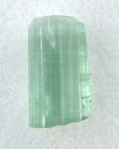 Verdeliet, groene toermalijn in edelsteendoosje van 2,5 bij 2,5 cm