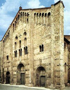 Facciatadella basilica di San Michele a Pavia. Questa chiesa, costruita tra l'XI e il XII secolo, è in Romanico Lombardo. La pianta è a crocelatina ed è costruita con materiale locale, cioè pietra arenaia. Ciò è molto comune nelle chiese romaniche poichè all'epoca i commerci erano difficili e pericolosi. Però ci sono delle eccezioni come il Duomo di Modena, la cui facciata è ricoperta di pietra d'Istria.
