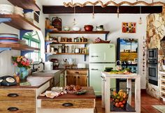 13 Vintage Kitchen Ideas That Prove Modern Isn't Always Better - - In with the old—these darling vintage kitchens strike just the right balance between function and charm. Check out this inspiration for retro kitchens. Country Kitchen Cabinets, Home Kitchens, Retro Kitchens, Small Kitchens, Kitchen Styling, Kitchen Interior, Kitchen Remodel, Sweet Home, Kitchen Ideas