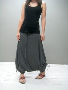 some of the tips to wear harem pants in fashion in Style. Don't forget to check out amazing examples of harem pant outfits at the end for inspiration. Look Fashion, Diy Fashion, Fashion Outfits, Fashion Design, Harem Pants Outfit, Trouser Pants, Mode Style, Style Me, Diy Mode