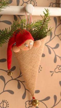 Sæt et par grankviste i kræmmerhuset bag nissen, og du har den sødeste lille dekoration christmastreeornaments Christmas Gnome, Christmas Sewing, Rustic Christmas, Christmas Art, Christmas Projects, Christmas Holidays, Christmas Quotes, 242, Diy Weihnachten