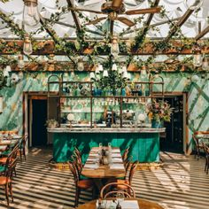 for sun in . Via ・・・ The verdant rooftop garden lounge at Pink Mamma is one example of the go-big-or-go-home…Hoping for sun in . Via ・・・ The verdant rooftop garden lounge at Pink Mamma is one example of the go-big-or-go-home… Restaurant Vintage, Deco Restaurant, Outdoor Restaurant, Italian Restaurant Decor, Restaurant Restaurant, Industrial Restaurant, Modern Restaurant, Vintage Cafe, Vintage Decor