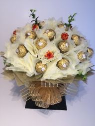 Deluxe Ferrero Rocher Chocolate Bouquet in Cream/Gold Ferrero Rocher Bouquet, Ferrero Rocher Chocolates, Chocolate Lindt, Chocolate Bouquet, How To Make Chocolate, Cream And Gold, Vintage Gifts, Handcrafted Jewelry, Jewelry Crafts