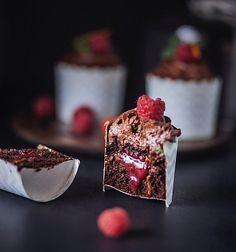 Апельсиново-шоколадные капкейки с малиновым кули Photo Food, Minis, Trifle, Tasty Dishes, Just Desserts, Cake Recipes, Food And Drink, Cooking Recipes, Yummy Food