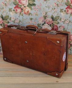 Antigua maleta de piel para llenarla de recuerdos, en Space Rocket Store