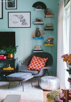 19-decoracao-sala-estar-estante-prateleiras-poltrona-almofadas