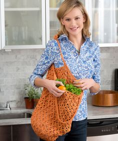 PATTERN LINK - Lacy Crochet Market Bag: Keep this roomy bag handy for shopping or when travelling. Crochet it in a bright color as shown, or any color you wish. This is a great gift and a simple way to encourage ecology. As always - pattern is FREE! Diy Crochet Purse, Free Crochet Bag, Crochet Crowd, Crochet Market Bag, Crochet Purses, Crochet Crafts, Knit Crochet, Crochet Bags, Diy Crafts