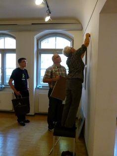 "Ausstellung ""Faszination Aquarell"" in der MV-Fotogalerie | Malschüler beim Hängen der Bilder (c) FRank Koebsch (3)"