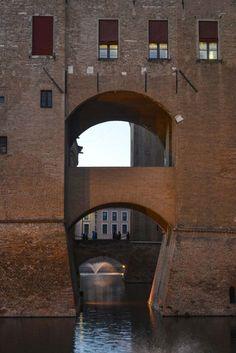 Ferrara ligger utenfor reiseruta til de fleste turistene i Italia. Det betyr ikke at UNESCO-byen mangler severdigheter. Se bare på middelalderborgen Castello Estense! Italia