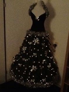 Kerstboom/jurk 2014/2015 Kerstboom zonder top gebruikt, met daarop een paspoplijfje. Stok vast gemaakt aan de boom.