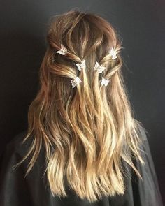 They're baaaaack! Whether you're ready to dive butterfly-clip-deep bac… - Frisuren Best 2020 Clip Hairstyles, Pretty Hairstyles, Fairy Hairstyles, Basic Hairstyles, Office Hairstyles, Graduation Hairstyles, Hairstyle Short, Little Girl Hairstyles, Hairstyles For School